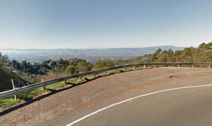A turn-out on Grizzly Peak Boulevard. Four students were victims of an attempted armed robbery and assault on Sunday Sept. 27, 2015. Photo: Google Streetview