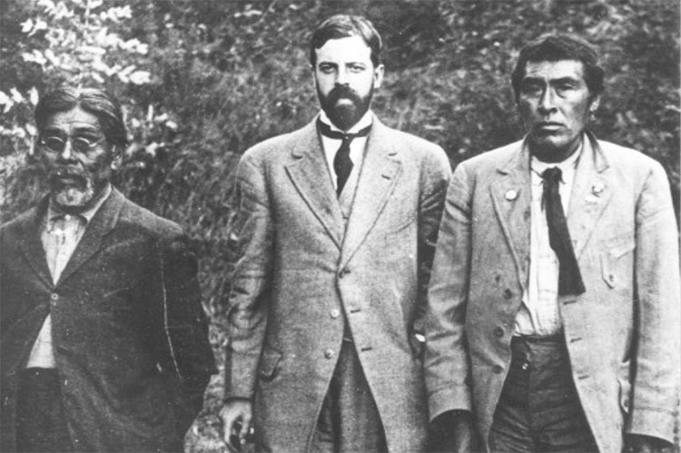 In 1911 in San Francisco, anthropologist Alfred Kroeber (center) is photographed near the UC Museum of Anthropology with Yahi translator Sam Batwai (left) and a Native American man named Ishi (right). (UCSF History Collection, UC San Francisco, Library, University Archives)